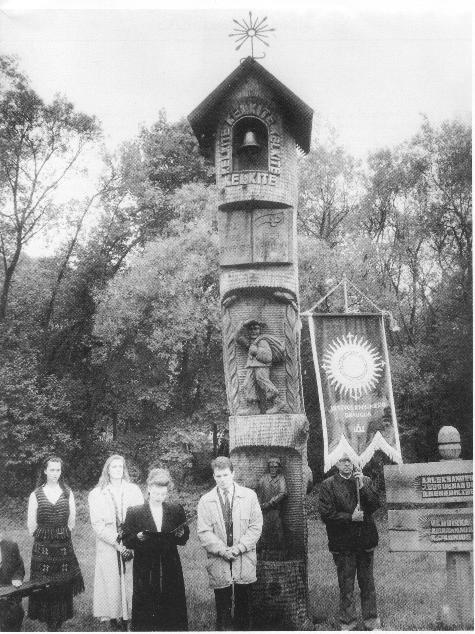 Petro Kriaučiūno atminimo stogastulpis Ploščiuose. Autorius Ipolitas Užkurnys